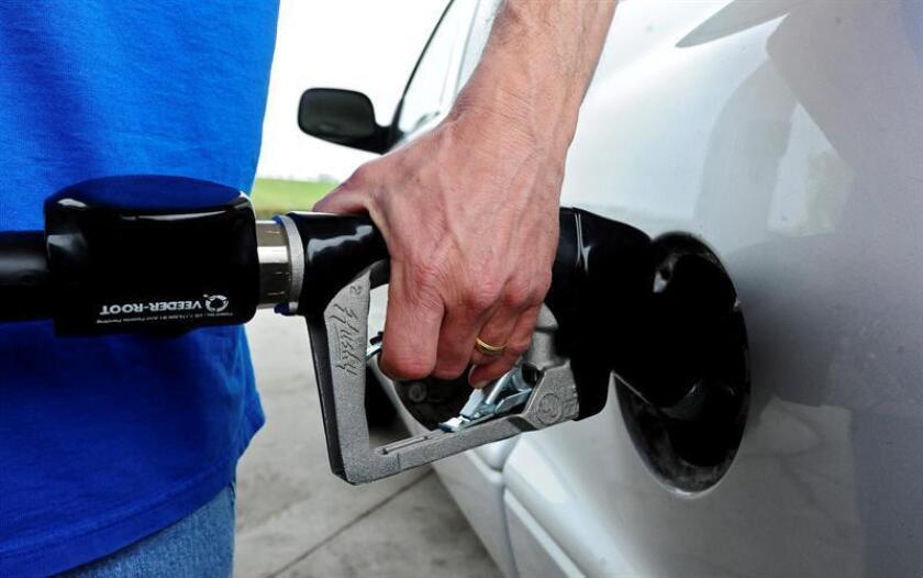Un hombre reposta combustible en una estación Chevron, en Dallas, Texas. EFE/Archivo