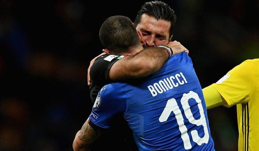El portero Fianluigi Buffon llora la eliminación italiana con su compañeroLeonardo Bonucci...