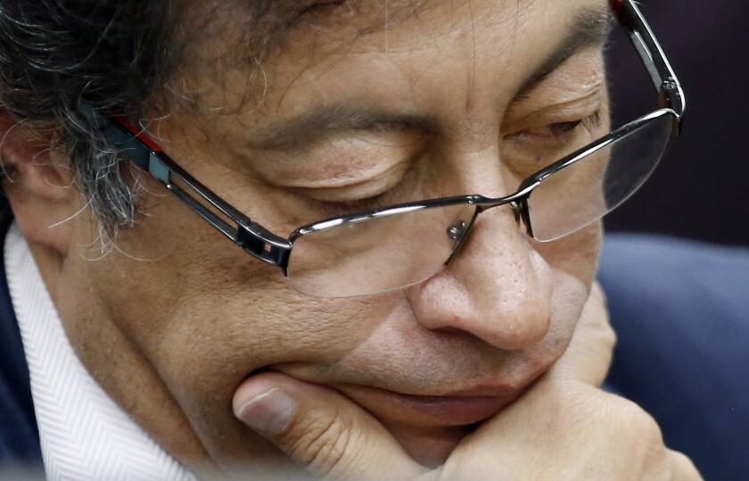 ARCHIVO - En esta fotografía de archivo del 4 de diciembre de 2018, el senador Gustavo Petro hace una pausa durante una entrevista en una radiodifusora en Bogotá, Colombia. (AP Foto/Fernando Vergara, archivo)