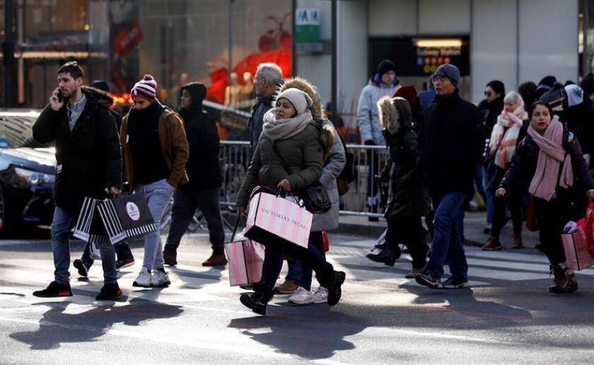 """Compradores cruzan una calle comercial durante el """"Black Friday"""" en Nueva York (EE.UU). EFE"""