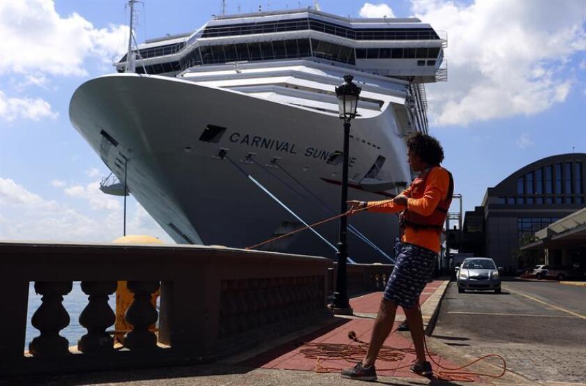 Fotografía del 19 de marzo de 2018, donde aparece una persona amarrando las cuerdas de un crucero en el Puerto de San Juan que se está recuperando lentamente 6 meses después del paso de los huracanes Irma y María. EFE/Archivo