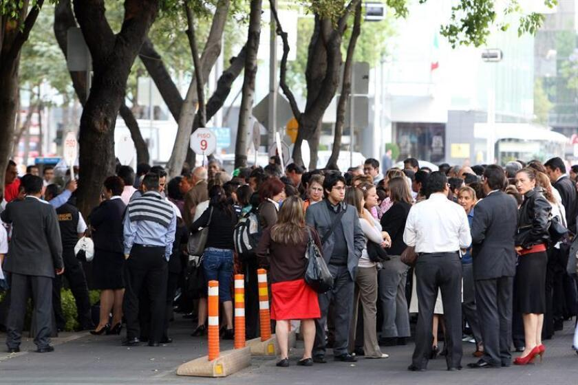 Un grupo de personas sigue indicaciones durante la evacuación de algunos edificios en Ciudad de México el miércoles 11 de abril de 2012, tras registrase un movimiento sísmico de 6,4 grados en la escala de Richter a las 17.55 hora local (22.55 GMT). EFE/Archivo