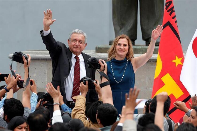 El líder izquierdista Andrés Manuel López Obrador (c), acompañado de su esposa Beatriz Gutiérrez (d), saluda durante su registro como candidato a la Presidencia de México hoy, viernes 16 de marzo de 2018, en un acto celebrado en el Instituto Nacional Electoral en Ciudad de México (México). EFE
