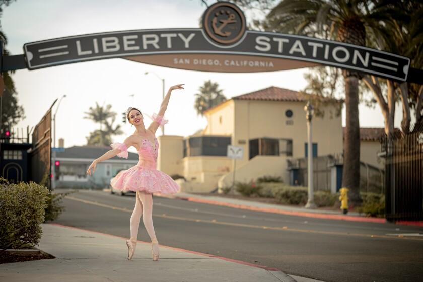 Stephanie Maiorano de San Diego Ballet como el Hada de las Ciruelas de Azúcar en El Cascanueces.