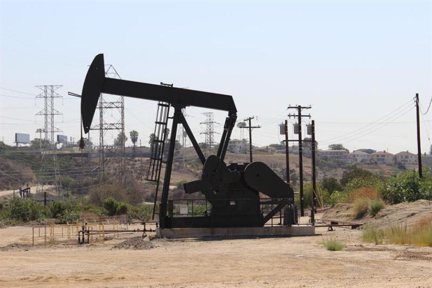La ciudad de Los Ángeles cuenta con 1071 pozos petroleros activos repartidos por toda la ciudad. EFE/Archivo