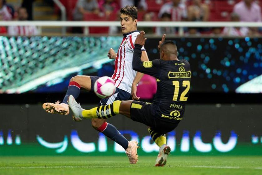 El jugador de Chivas, Josecarlos Van Rankin (i) disputa el balón con Rodolfo Vilchis (d) de Morelia. EFE/Archivo