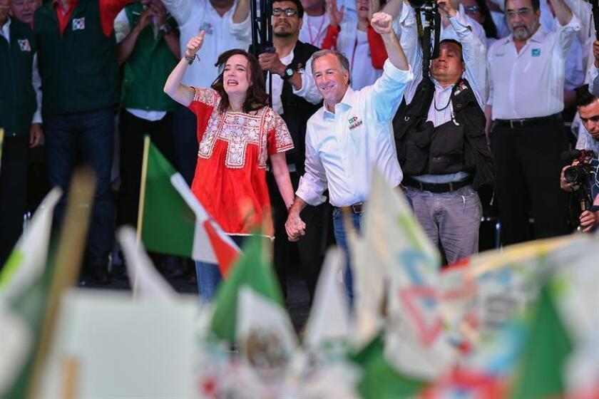 El candidato a la Presidencia de México, el oficialista José Antonio Meade (d), acompañado de su esposa Juana Cuevas (i), participa en su último acto de campaña con simpatizantes de Coahuila hoy, miércoles 27 de junio de 2018, en Saltillo (México). EFE