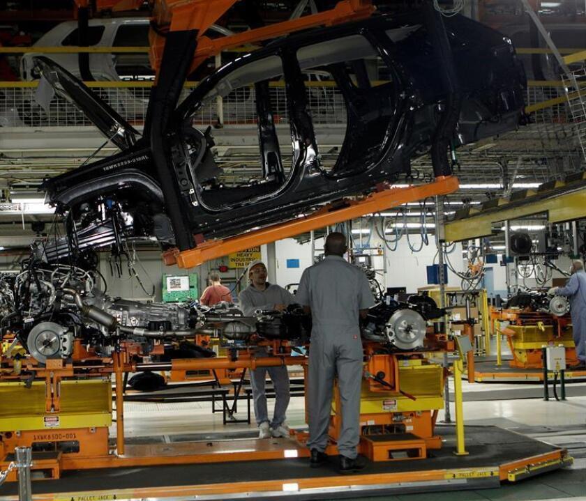 Trabajadores ensamblan un automovil en una planta. EFE/Archivo