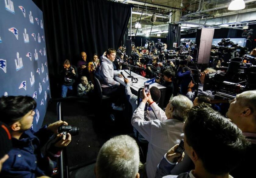 """El mariscal de campo de los Patriots de Nueva Inglaterra, Tom Brady (c), ofrece una rueda de prensa en Bloomington, Minnesota (Estados Unidos) este 30 de enero de 2018. Los Patriots y los Eagles de Filadelfia se enfrentarán el 4 de febrero en el partido por el título del Super Bowl 52, en el """"U.S. Bank Stadium"""", de los Vikings de Minnesota. EFE"""