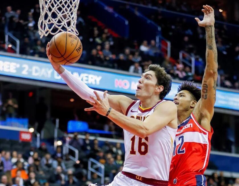 El alero Kelly Oubre Jr. (d) de Washington Wizards en acción ante el alero turco Cedi Osman (i) de Cleveland Cavaliers durante un partido de baloncesto de la NBA. EFE/Archivo
