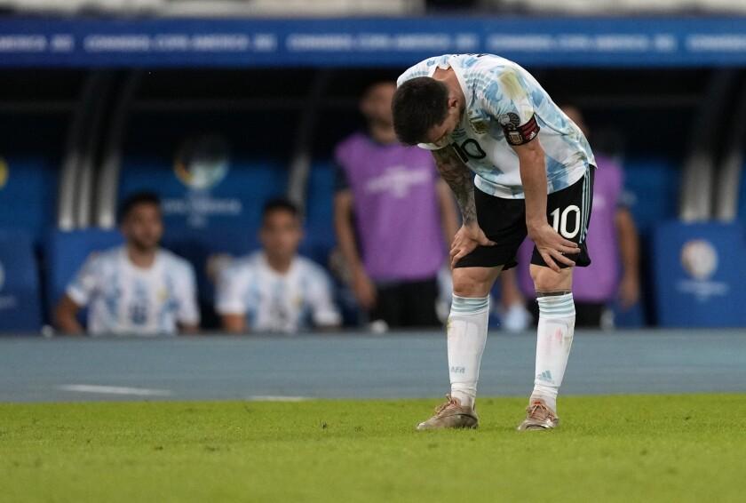 Lionel Messi, de la selección de Argentina, se agacha durante el encuentro ante Chile en la Copa América.
