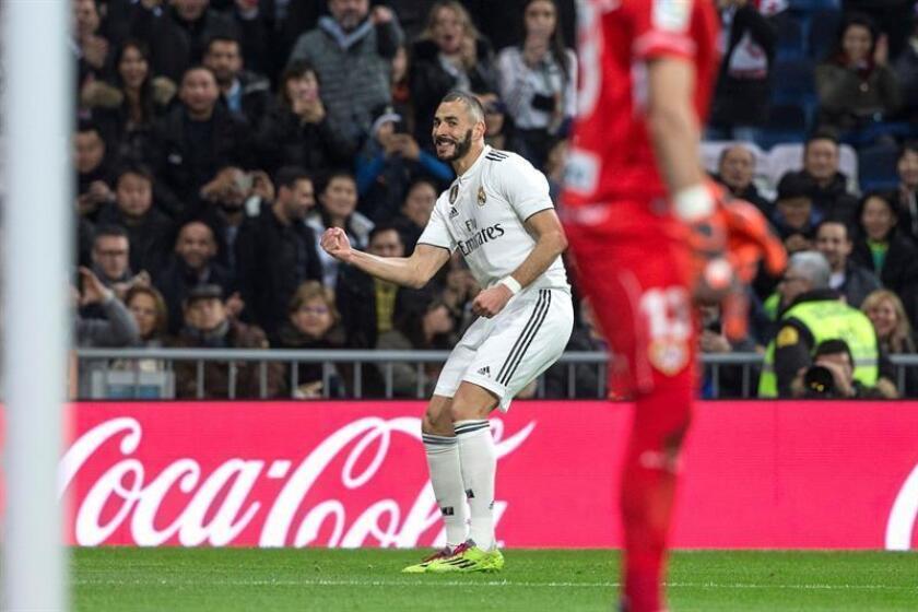 El delantero francés del Real Madrid Karim Benzema, celebra el primer gol de su equipo ante el Rayo Vallecano, durante el partido correspondiente a la jornada 16 de LaLiga Santander disputado en el estadio Santiago Bernabéu. EFE