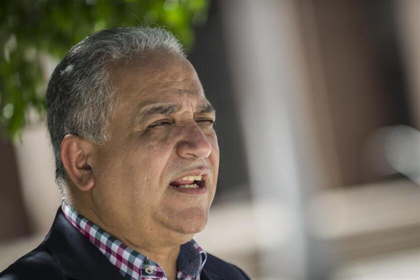 Luis Eduardo Camacho, portavoz del expresidente de Panamá Ricardo Martinelli, habla con la prensa en las afueras de la Corte Federal de Justicia en Miami, Florida (EE.UU.). EFE/Archivo