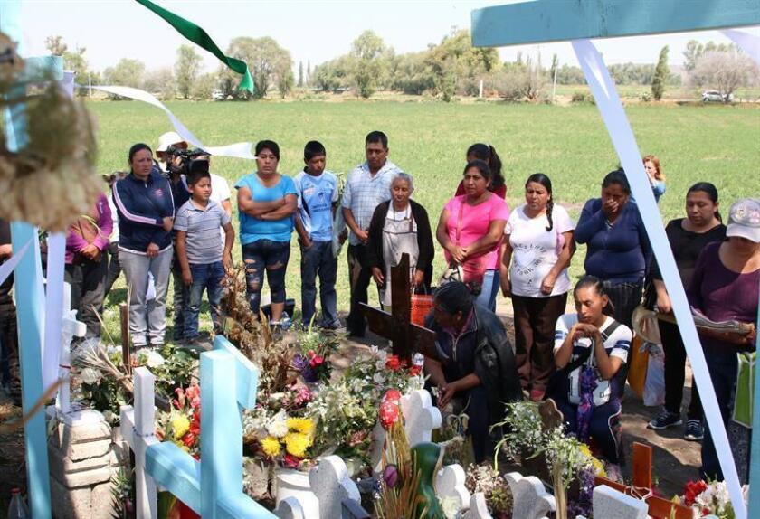 Pobladores del municipio de Tlahuelilpan, participan el lunes 18 de febrero de 2019, en una misa en el borde de la zanja donde se hallaba la toma clandestina de hidrocarburo donde hace un mes murieron decenas de personas. EFE/Archivo