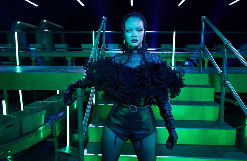 En esta imagen proporcionada por Savage X Fenty la cantante y diseñadora Rihanna