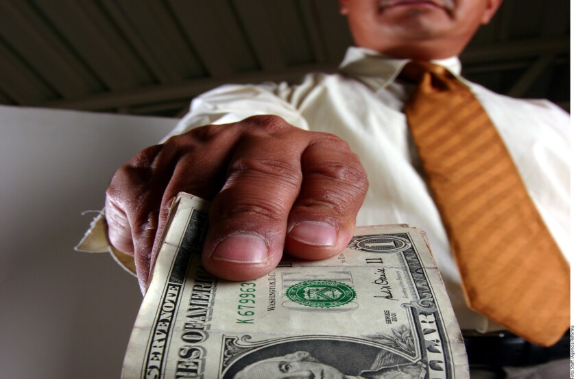 Luego de su ligero revés en julio, durante agosto de este año, los flujos de remesas familiares tuvieron un pequeño aumento de 0.73 por ciento anual, a 2 mil 270 millones de dólares, de acuerdo con datos del Banco de México (Banxico).