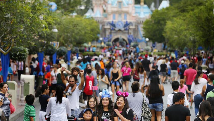 Visitantes de Disneylandia, durante el 60 Aniversario Diamond Jubilee en Anaheim, posan para una 'selfie' el 10 de junio de 2015. ()