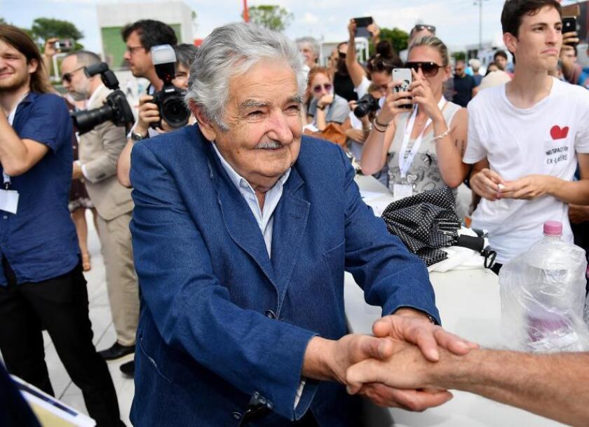 """El expresidente uruguayo José Mújica (i) firma autógrafos a su llegada a la presentación de """"El Pepe, Una Vida Suprema"""" durante la 75? edición del Festival de Cine de Venecia hoy, 3 de septiembre de 2018 en la isla veneciana del Lido (Italia). EFE"""