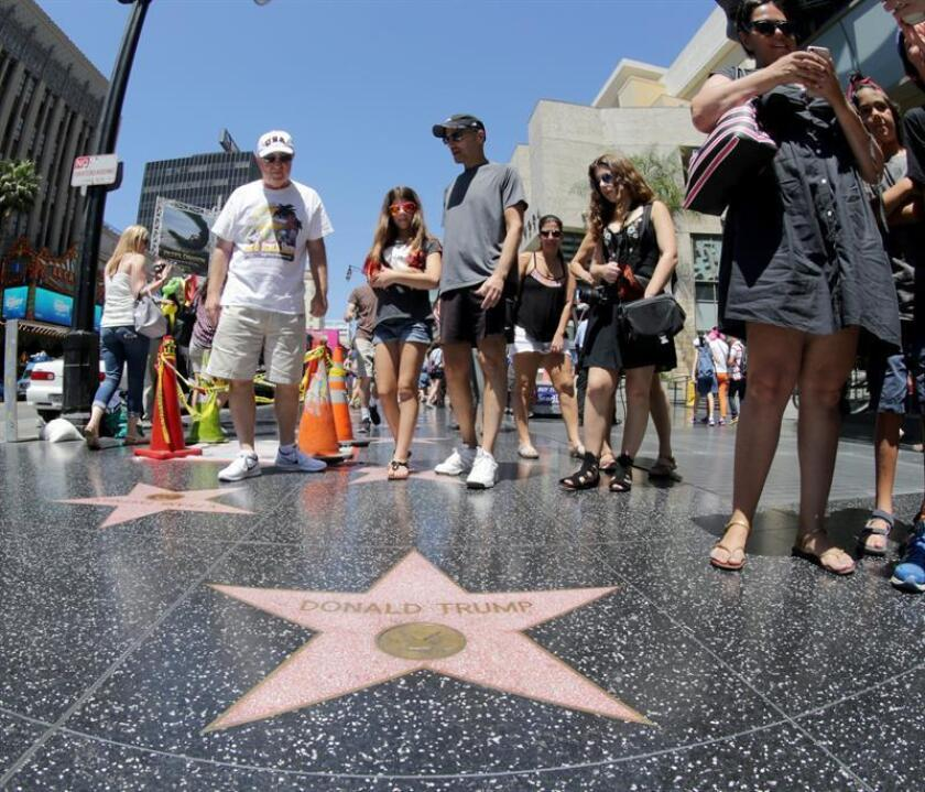 Visitantes en la estrella de Donald Trump en el Paseo de la Fama. EFE/Archivo