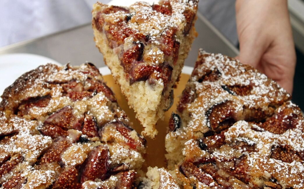 Rolled-oat cake with figs