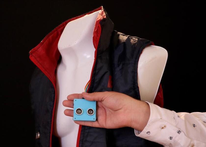 """Fotografía cedida hoy, miércoles 28 de febrero de 2018, por la Universidad Tecnológica de México, de un sensor de objetos. Un grupo de mexicanos diseñaron """"SODVI"""", un sensor de objetos para personas con discapacidad visual que, mediante un chaleco equipado con sensores y unas gafas, indican con vibraciones al usuario cuándo hay alguien o algo su alrededor, informó hoy la Universidad Tecnológica de México (Unitec). EFE/UNITEC/SOLO USO EDITORIAL"""
