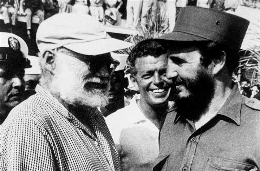 """Fotografía tomada el 15 de mayo de 1960 en la que se registró a jefe del Gobierno cubano, Fidel Castro (d), al saluda al escritor y premio Nobel de Lilteratura, Ernest Hemingway (i), durante la celebración del """"Torneo de Pesca Hemigway"""". EFE/Archivo"""
