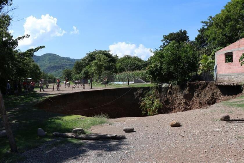 Vista general hoy, miércoles 15 de agosto de 2018, de un socavón de 40 metros de diámetro y casi 100 de profundidad originada por la sobreexplotación de una mina que pone en riesgo unas 30 casas, denunciaron hoy, 15 de agosto de 2018, autoridades del poblado Pizán Morado, en el sureño estado de Guerrero (México). EFE