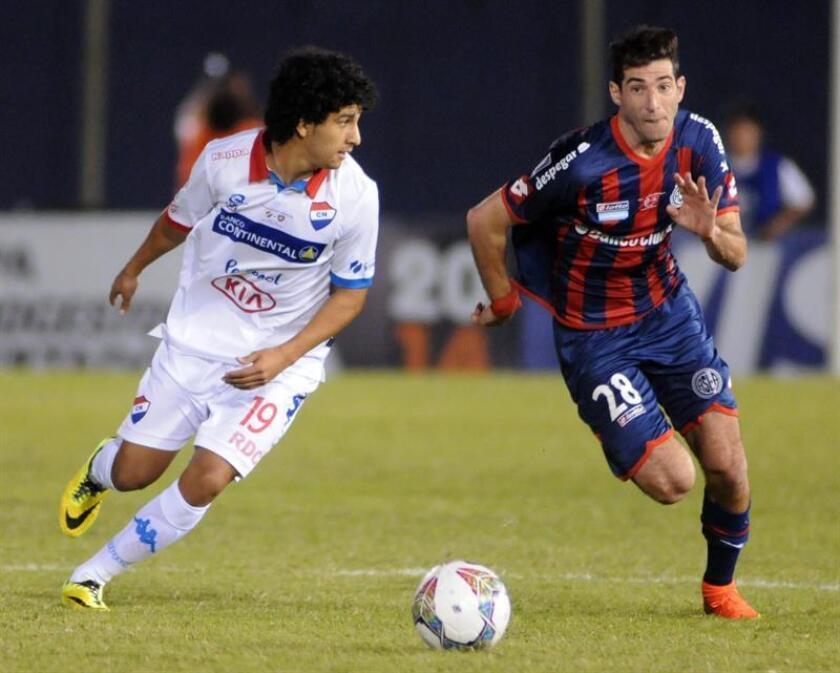 El centrocampista argentino Gabriel Esparza (d) afirmó hoy que estaba con ganas de jugar en el fútbol de México. EFE/ARCHIVO