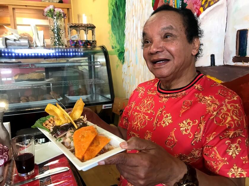 El reconocido comediante y sonero 'Melcochita' disfruta de un ceviche en el restaurante Lonzo's Bakery de Culver City.