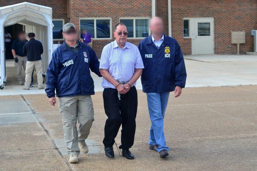 Las autoridades migratorias de Estados Unidos deportaron hoy al exministro salvadoreño de Defensa y general retirado, Eugenio Vides Casanova.