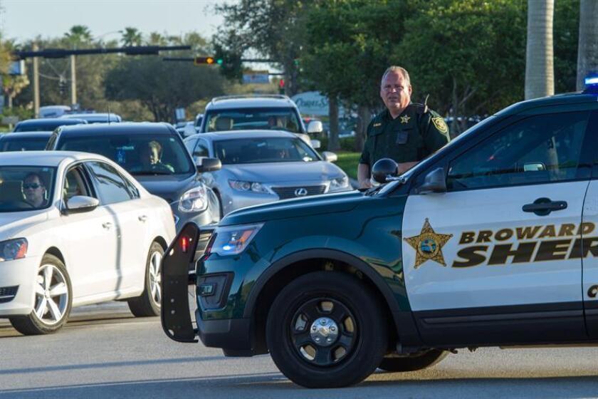 El ayudante del sheriff del Condado Broward monta guardia tras el tiroteo registrado, el miércoles 14 de febrero de 2018, en la escuela secundaria Marjory Stoneman Douglas de la ciudad de Parkland, en el sureste de Florida (Estados Unidos). EFE/Archivo