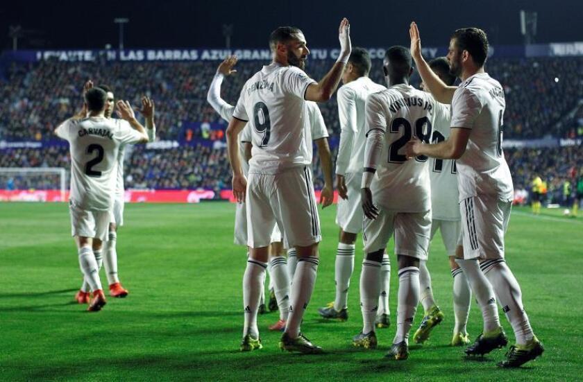 El delantero francés del Real Madrid, Karim Benzema (c), celebra con su compañero, Nacho, su gol ante el Levante, durante el encuentro correspondiente a la jornada 25 de primera división que disputaron en el estadio Ciutat de Valencia. EFE