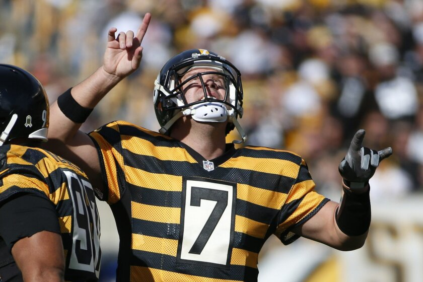 Pittsburgh Steelers quarterback Ben Roethlisberger (7) celebrates making a touchdown pass to Antonio Brown in the first quarter of an NFL football game against the Cincinnati Bengals, Sunday, Nov. 1, 2015, in Pittsburgh. (AP Photo/Gene J. Puskar)