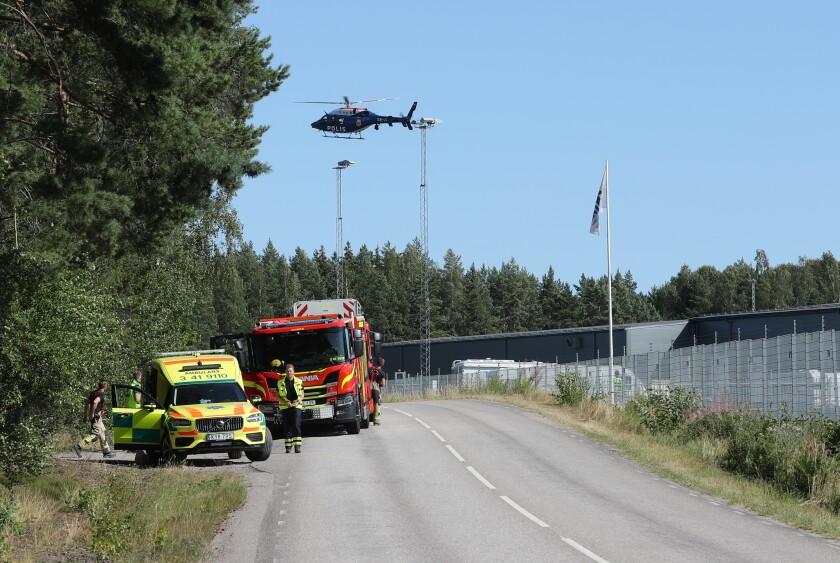 Un gran operativo policial con el servicio de rescates y bomberos, y un helicóptero policial se desarrolla afuera de la prisión Hallby cerca de Eskilstuna, Suecia, el miércoles 21 de julio de 2021. (Per Karlsson / TT vía AP)