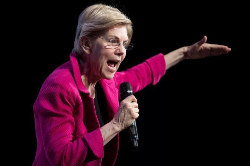 """Elizabeth Warren, senadora por Massachusetts y aspirante a la candidatura presidencial demócrata en las elecciones de EE.UU. de 2020, habla durante el evento """"We The People Summit"""" celebrado en el teatro Warner, en Washington, DC (EE.UU.). EFE/Archivo"""