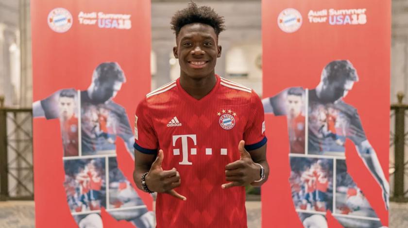 Alphonso Davies (C), flamante fichaje del Bayern Munich.