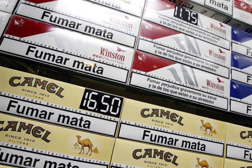 En la imagen, diversas marcas de tabaco con sus precios en un estanco de Las Palmas de Gran Canaria. EFE/Archivo
