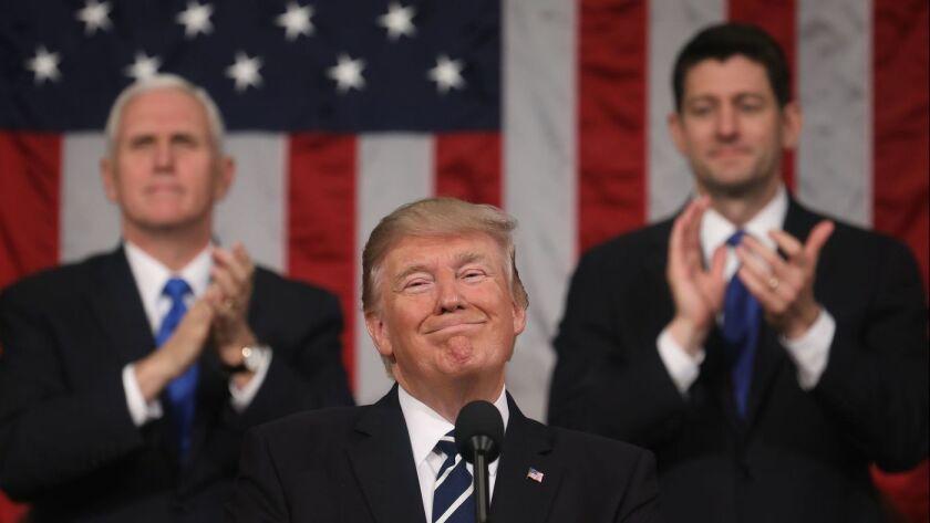 El vicepresidente Mike Pence, izquierda, y el presidente de la Cámara Paul Ryan, a la derecha, aplauden mientras el presidente Trump pronuncia su primer discurso en una sesión conjunta del Congreso en febrero pasado. Hoy por la noche dará su primer discurso oficial del Estado de la Unión. (Jim Lo Scalzo / EPA)