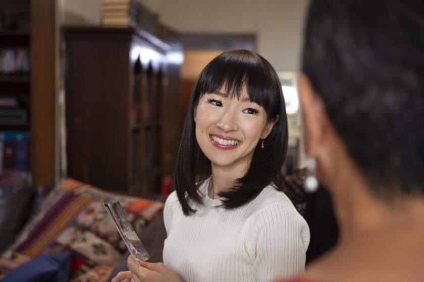 """Fotografía cedida por Netflix donde aparece la japonesa Marie Kondo durante un episodio de la serie """"?A ordenar con Marie Kondo!"""", que consta de ocho episodios, donde la experta en organizar espacios visita diferentes hogares de gente que se declara """"ahogada"""" y """"sobrepasada"""" por los objetos en su vida. EFE/Denise Crew/Netflix/SOLO USO EDITORIAL/NO VENTAS"""