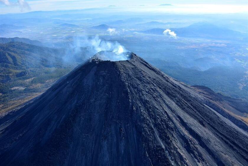 Fotografía sin fechar, cedida hoy, viernes 26 de enero de 2018, por la Unidad Estatal de Protección Civil y Bomberos de Jalisco (UEPCB) muestra una vista general del volcán Colima, en Colima (México). EFE/UEPCB/SOLO USO EDITORIAL
