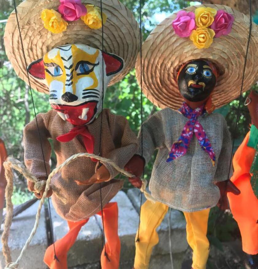 Joven titiritero continúa tradición familiar en estado mexicano de Guerrero