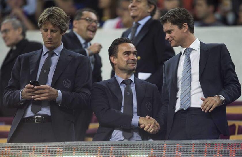 El director deportivo del Ajax, Marc Overmars (d). EFE/Archivo
