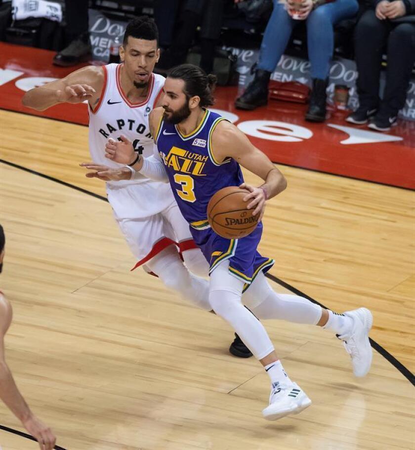 Ricky Rubio (frente) de Jazz en acción ante Danny Green de Raptors en su partido de baloncesto de la NBA en Toronto, Canadá, el 1 de enero de 2019. EFE