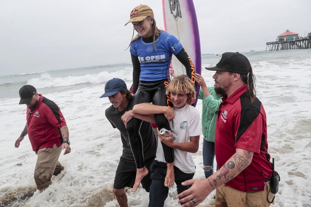 Caitlin Simmers est sortie du surf après avoir remporté la finale de l'US Open of Surfing à Huntington Beach.