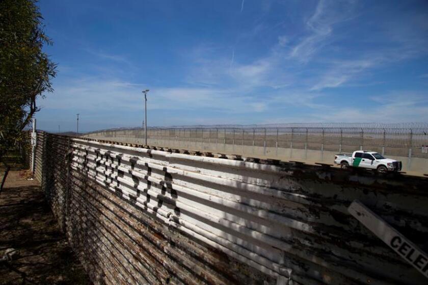Vista de una patrulla de control fronterizo desde territorio mexicano en Tijuana, Baja California (México). EFE/Archivo