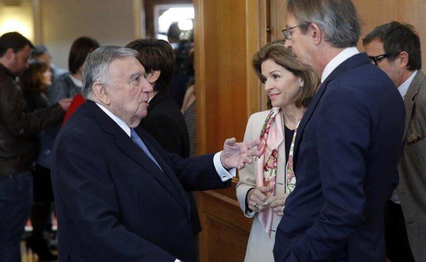 Los miembros del jurado del Premio Princesa de Asturias de Comunicación y Humanidades 2016, Luis María Anson (i), Helen Aguirre Ferré (c) y José Antonio Vera (d), conversan al comienzo de la reunión.