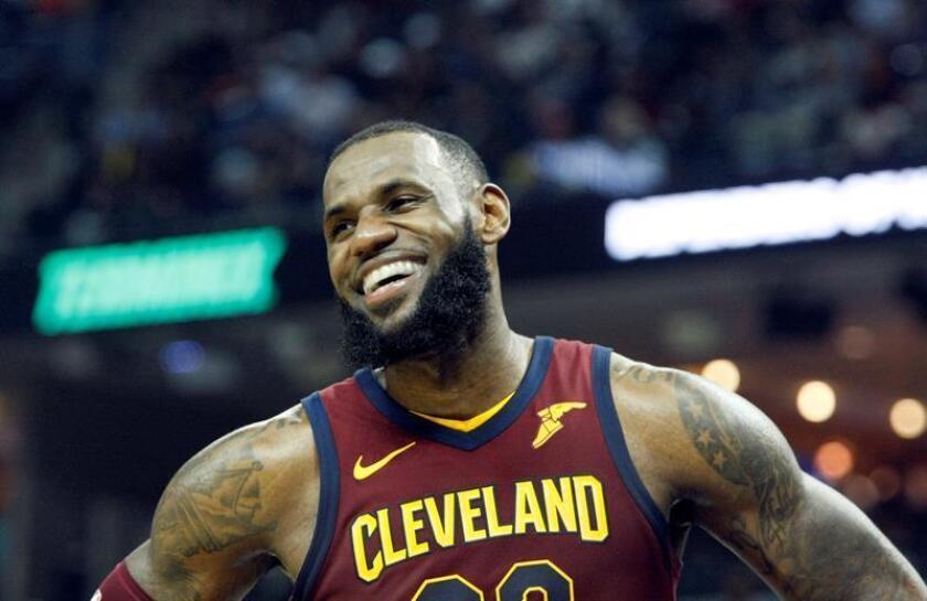 En la imagen, el jugador de baloncesto estadounidense LeBron James, que pasa de los Cavaliers de Cleveland a los Lakers de Los Ángeles. EFE/Archivo