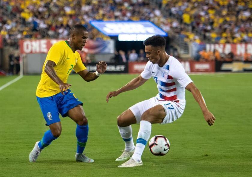 Douglas Costa (i) de Brasil y Antonee Robinson (d) de los EE.UU. en acción durante un partido amistoso en el MetLife Stadium en East Rutherford. EFE