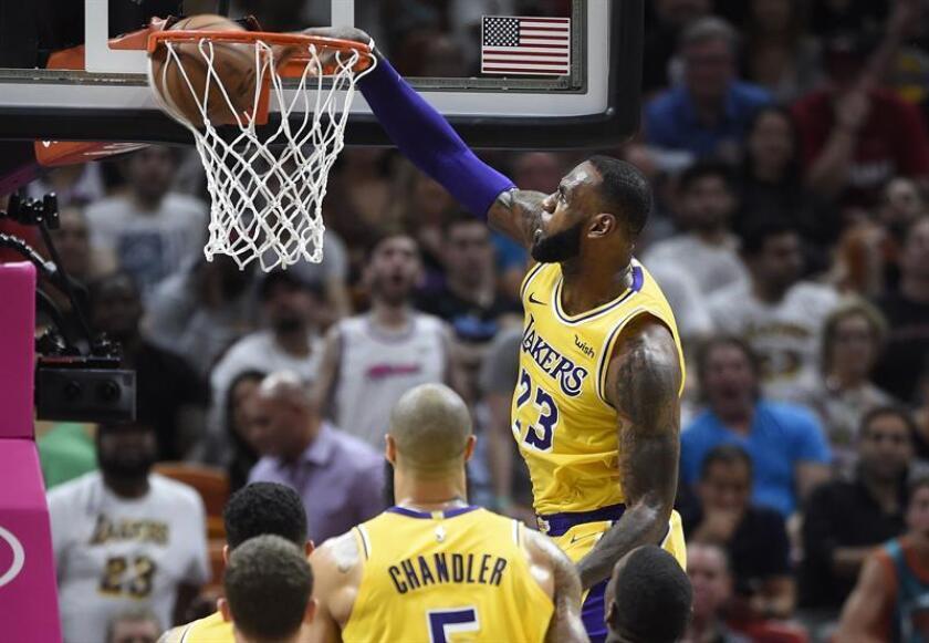 El jugador LeBron James de Los Angeles Lakers en acción durante el partido de baloncesto de la NBA entre los Heat de Miami y Los Angeles Lakers en el AmericanAirlines Arena en Miami, Florida (EE.UU.), hoy, 18 de noviembre de 2018. EFE
