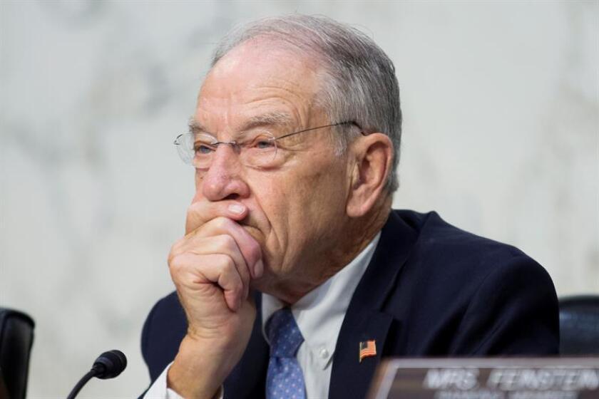 El jefe del Comité Judicial del Senado, el republicano Chuck Grassley, aseguró hoy que el FBI no ha encontrado indicios de supuestos abusos cometidos por el nominado para el Tribunal Supremo, Brett Kavanaugh, tras leer el informe redactado por esta agencia. EFE/Archivo